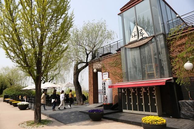 선유도 산책로에 있는 한강 조망 카페 '나루'. 취수펌프장을 재활용한 건물이다.  이병학 선임기자