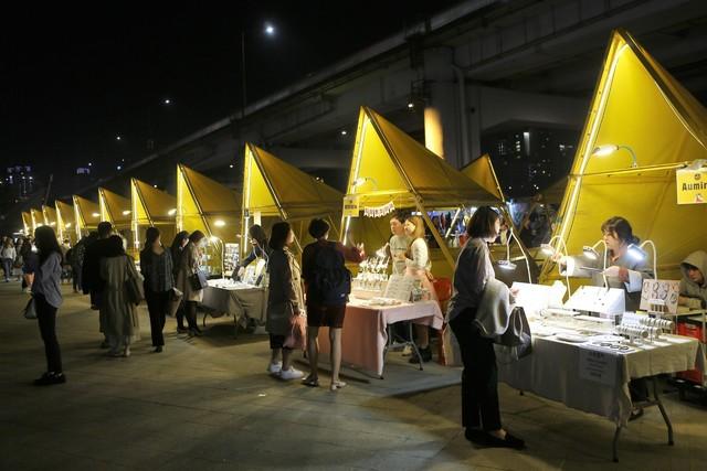 반포한강공원 밤도깨비 야시장. 매주 금·토요일 밤 44개의 푸드트럭과 53개의 천막 판매대가 장을 펼친다.  이병학 선임기자