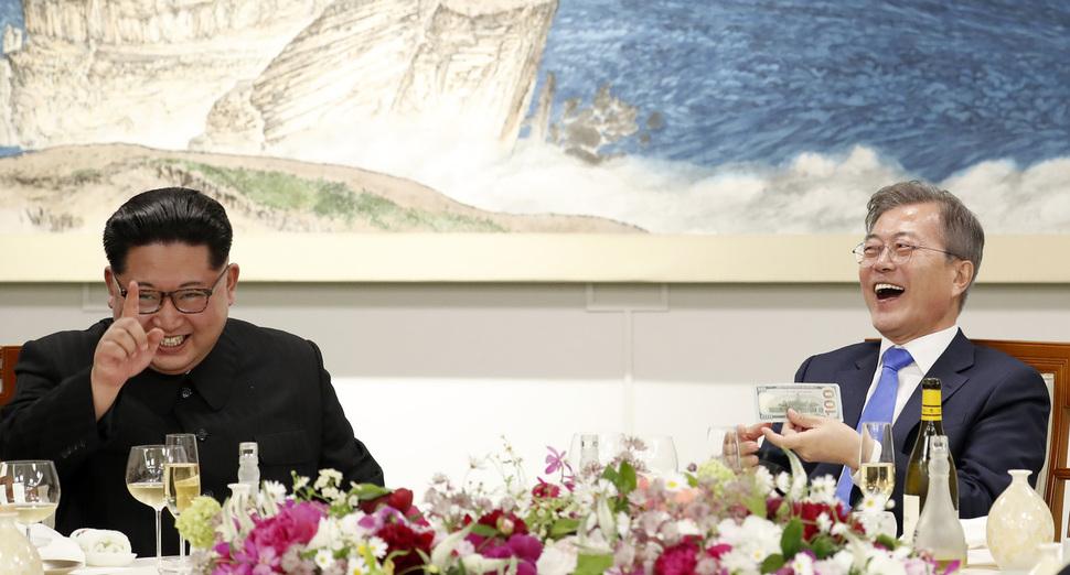27일 오후 문재인 대통령과 김정은 국무위원장이 평화의 집에서 열린 남북정상회담 만찬에서 마술공연을 관람하며 함께 웃고 있다. 한국공동사진기자단