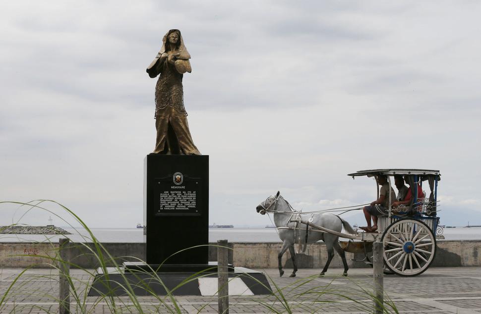 지난해 12월 필리핀 수도 마닐라에 설치됐던 일본군 '위안부'상. 이 상은 27일 밤 기습 철거됐다. AP 연합뉴스