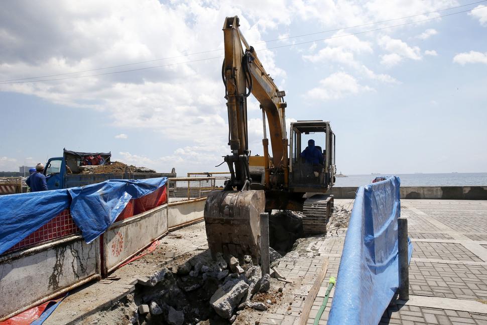 일본군 위안부상이 있던 자리에 철거 작업에 사용된 듯한 포클레인이 남아 있다. AP 연합뉴스
