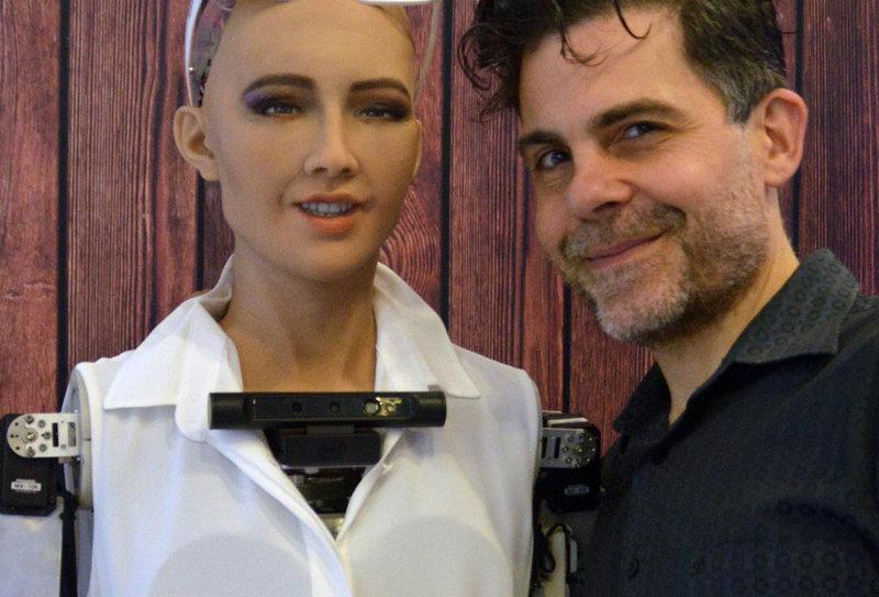 핸슨로보틱스의 인공지능 로봇 소피아와 이를 개발한 데이빗 핸슨 박사. 핸슨로보틱스 제공