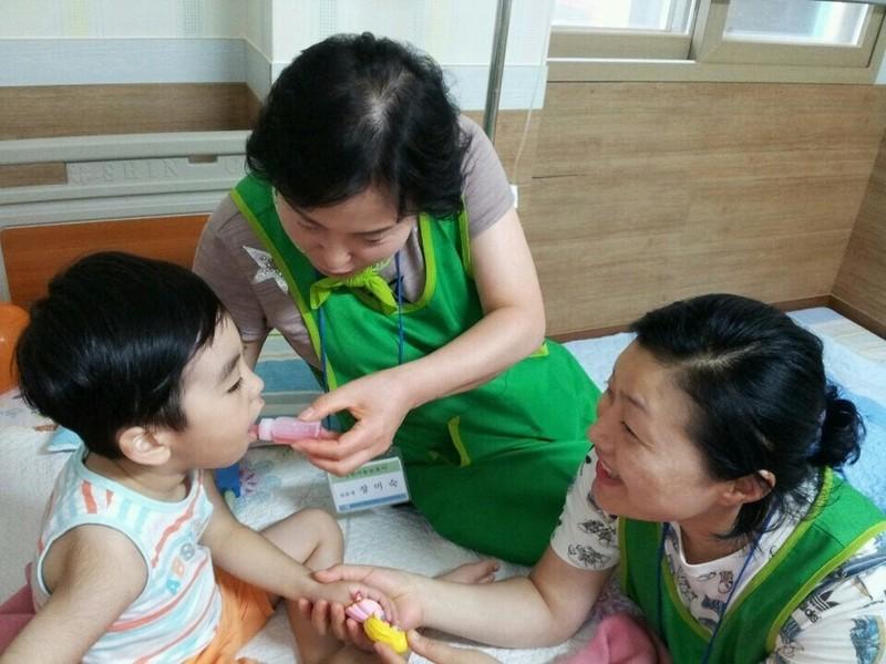 광주 광산구가 2016년 11월부터 시작한 병원아동보호사제가 맞벌이 가정 부부 등 이용자들한테서 호평을 얻고 있다. 사진은 병원아동보호사들이 병원에 입원중인 아동을 돌보고 있는 모습. 광산구 제공
