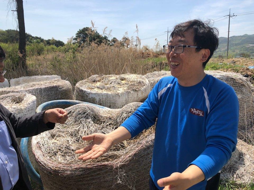 새싹농사체험장 담당자 김일오 차장이 지역 주민의 도움으로 유기농 재배를 하고 있다며 과정을 설명하고 있다.