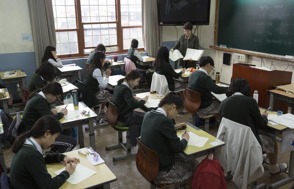 서울의 한 고등학교 교실에서 전국연합학력평가에 응시하고 있는 학생들. 김성광 기자 flysg2@hani.co.kr