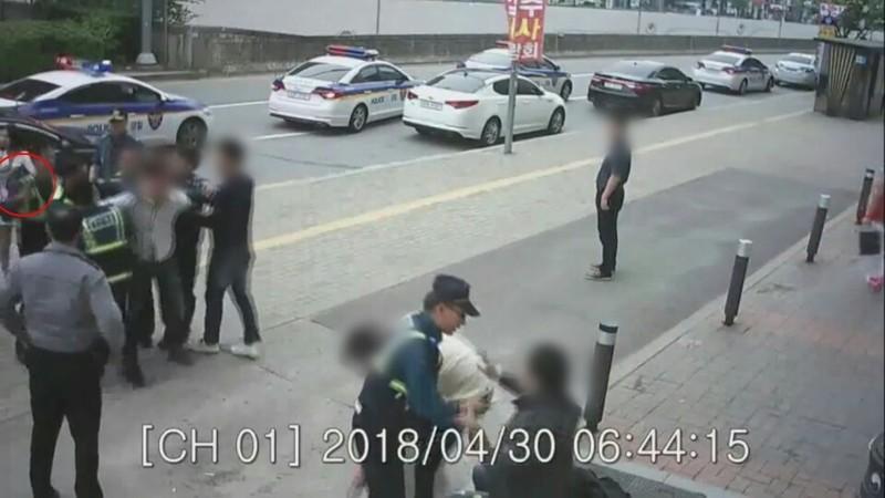 광주광산경찰서 경찰관들이 지난 4월 30일 발생한 집단폭력사건 당시 테이저 건으로 가해자를 제압하고 있다. 원안이 침을 뺀 테이저건(전기충격기)으로 가해자를 제압하는 장면이다. 광주경찰청 제공