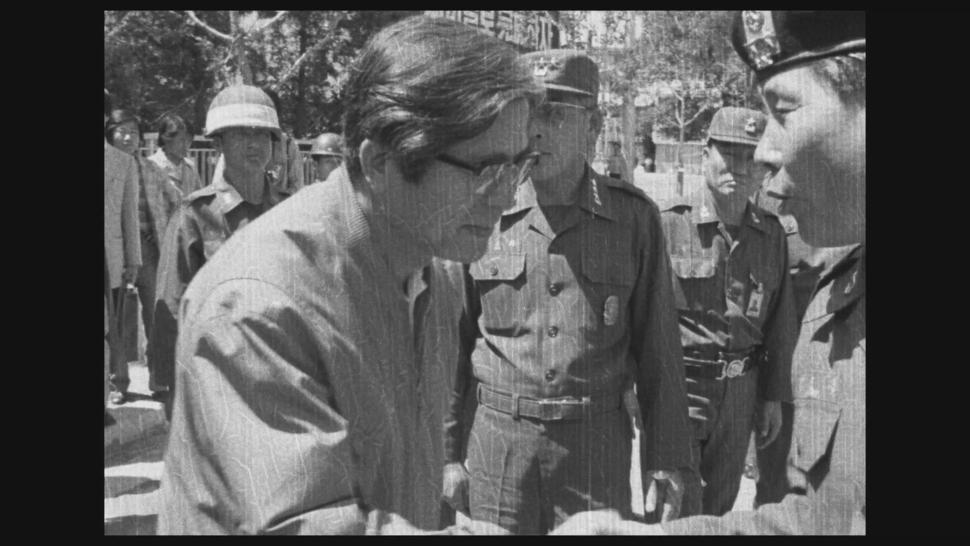 계엄군은 1980년 5월27일 5·18 민주화운동을 무력으로 잔인하게 진압했다. 1980년 5월27일 광주에서 진압이 끝난 뒤 신군부의 핵심이었던 정호용 당시 특전사령관(맨 오른쪽)이 장형태 당시 전남도지사와 악수하고 있다. 5·18기록관 제공