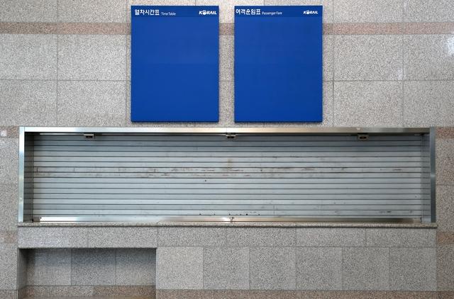 남한 최북단역 제진역의 대합실. 텅 빈 열차시간표와 여객운임표가 보인다. 고성/강재훈 선임기자 khan@hani.co.kr
