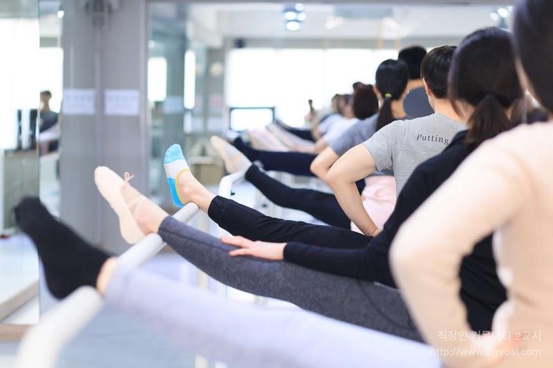 다양한 취미·자기계발 모임을 운영하는 '2교시'의 몸매 관리 모임에서 회원들이 스트레칭을 하고 있다.  2교시 제공