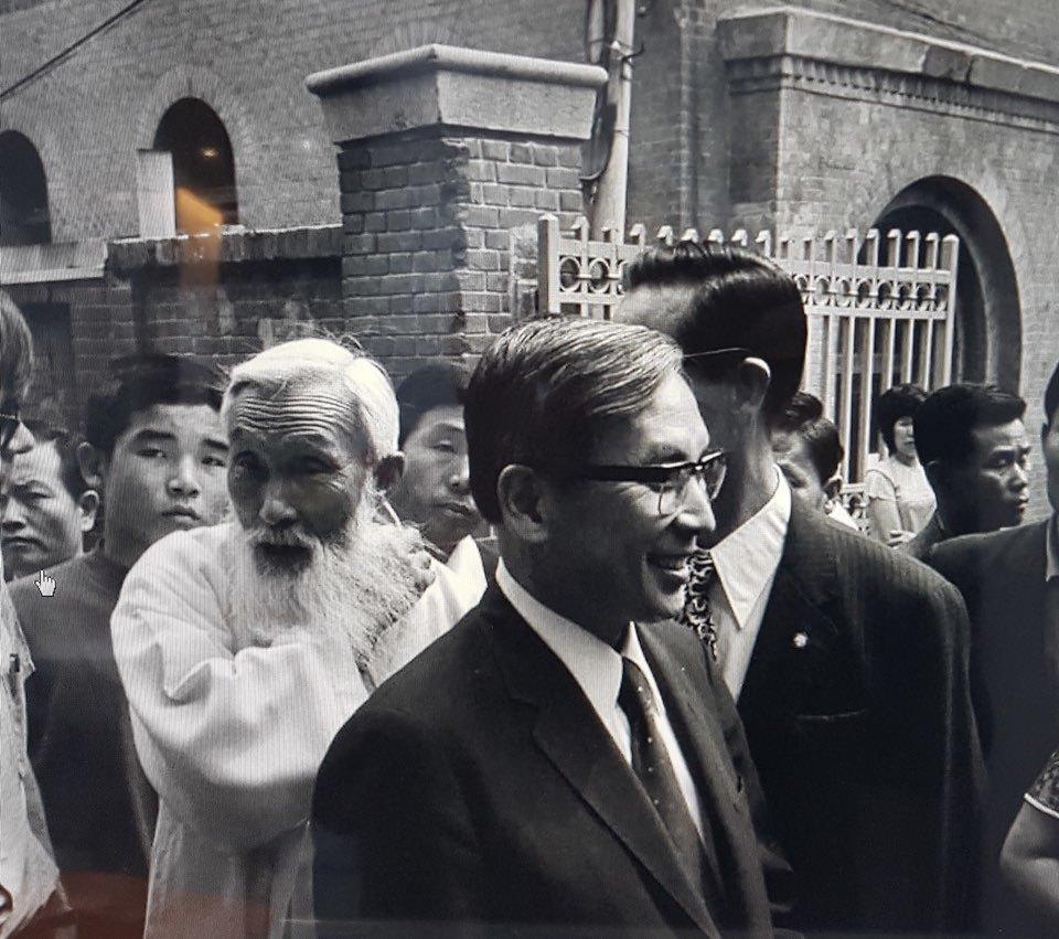 함석헌(왼쪽에서 두 번째 흰 옷을 입은 이), 장준하(맨 앞 안경 쓴 이) 선생 사이로 김사복씨의 모습이 보인다. 1974년 1월 개헌청원 백만인 서명운동 선서를 한 뒤 재판을 받게 된 장준하 선생을 모시고 김사복씨가 서대문 형무소 재판장에 간 날이다. 김승필씨 제공.