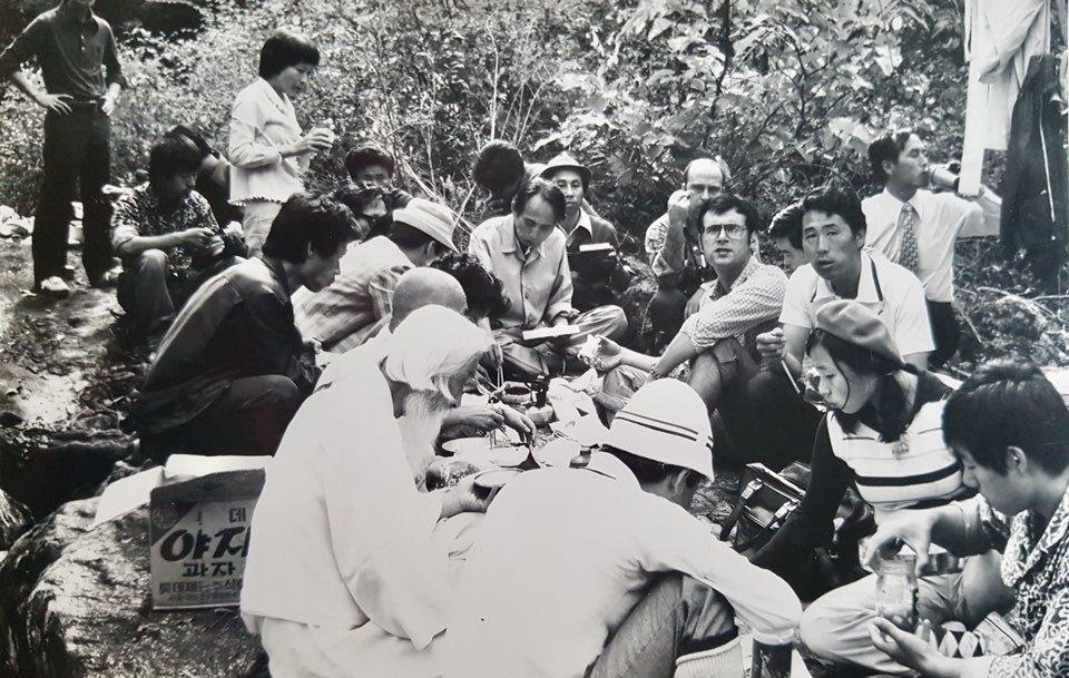 1975년 10월3일 장준하 선생이 의문사한 경기도 포천 약사봉에 김사복씨(오른쪽 세번째에서 정면을 보는 이)와 위르겐 힌츠페터 기자(김사복씨 왼쪽 안경쓴 이)가 함석헌 선생과 함께 답사를 갔던 모습이다. 김승필씨 제공.