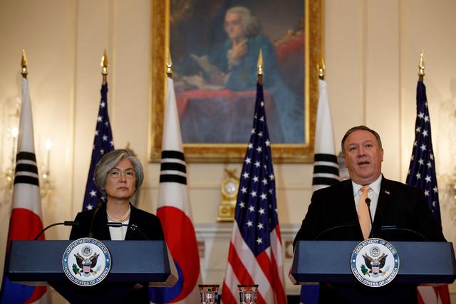 """강경화 외교부 장관(왼쪽)과 마이크 폼페이오 미국 국무장관이 11일(현지시각) 미국 워싱턴에서 외교장관 회담을 마친 뒤 열린 공동기자회견에서 발언하고 있다. 이날 폼페이오 장관은 북한이 과감하고 신속하게 비핵화를 한다면 """"한국 수준의 번영""""을 누릴 수 있도록 하겠다고 밝혔다. 워싱턴/신화 연합뉴스"""