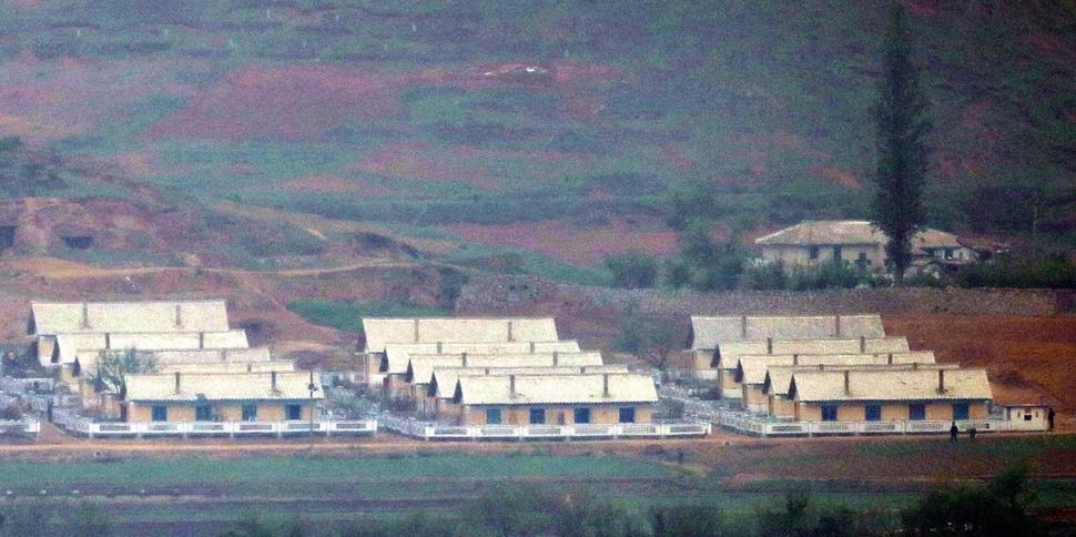 북한 황해북도 대성면 마을에 새로 지은 공동주택들이 들어서 있다. 강화/김봉규 선임기자
