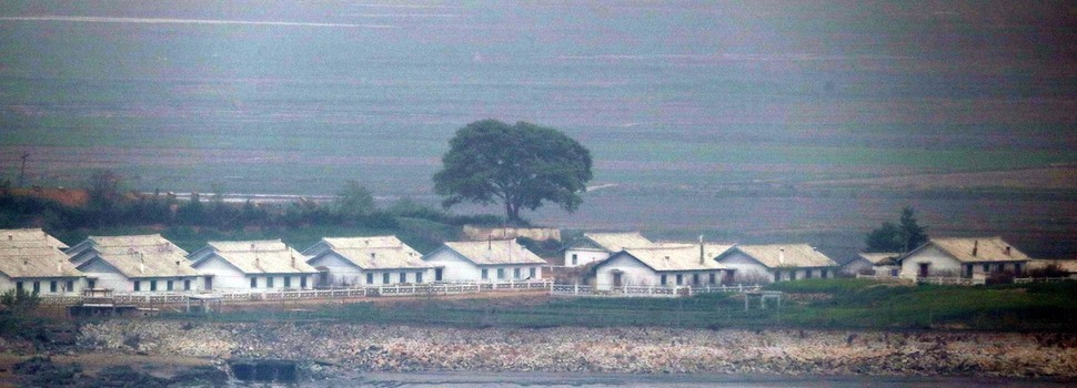 북한 황해북도 대성면 마을에 똑같은 모양의 공동주택들이 들어서 있다. 이 집들은 약 2년 전에 완공된 집들이다. 강화/김봉규 선임기자