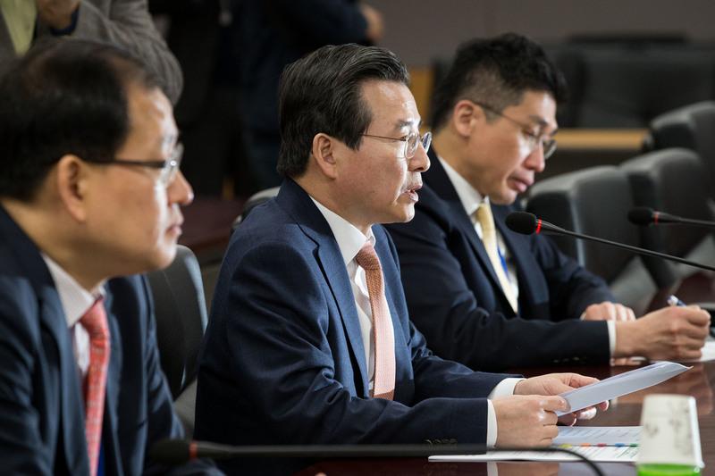 김용범 금융위 부위원장(가운데)은 15일 기자회견을 열어 삼성바이오로직스 관련 공정한 심의를 약속했다. 금융위원회 자료 사진.
