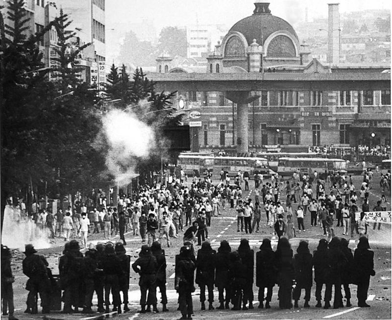1987년 6월항쟁이 막바지에 이른 6월26일 서울역 주변에서 학생과 시민 등 1만여명이 도로를 완전히 메운 채 최루탄을 발사하는 경찰과 맞서 공방전을 벌이고 있다. 사흘 뒤, 집권 민정당은 국민이 요구하는 '대통령 직선제 개헌'과 평화적 정권 이양 등을 받아들이겠다는 6·29선언을 발표하면서, 신군부가 쿠데타로 세운 제5공화국 시대가 저물고 오늘날까지 이어지고 있는 '87년 체제'의 밑돌이 깔렸다.보도사진연감