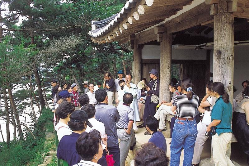 20년 전인 1998년 7월, 조선시대 선비문화를 엿볼 수있는 전남 담양 식영정에서 우리문화사랑 답사 일행이 설명을 듣고 있다. 박승화 기자 eyeshoot@hani.co.kr