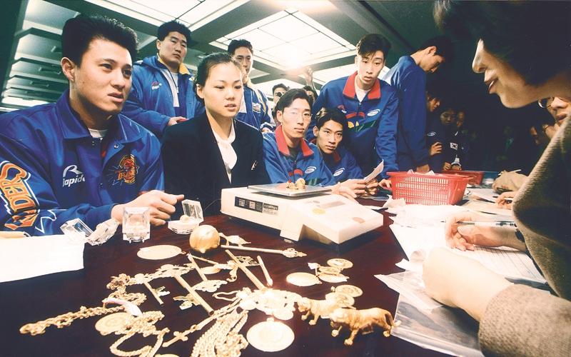 1998년 1월 농구선수 문경은을 비롯한 스포츠 스타들이 금모으기 운동에 동참하고 있는 모습.  자료사진
