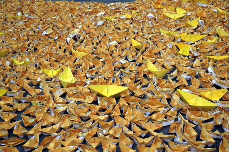 10차 범국민행동의날 촛불 집회가 열린 2016년 12월31일 오후 서울 광화문 광장에서 시민들이 '송박영신'을 의미하는 행사에 참석해 세월호를 의미하는 종이배를 접어 놓고 있다. 김봉규 선임기자 bong9@hani.co.kr