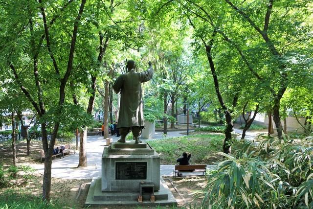 수송공원. 독립운동가 이종일 선생 동상과 여러 표석들을 만날 수 있다.   이병학 선임기자