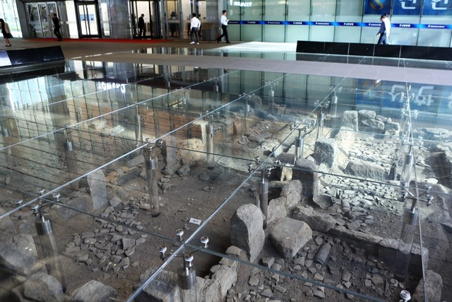 유리바닥 밑에 보존해 놓은 옛 시전행랑 주변의 집터 모습.   이병학 선임기자