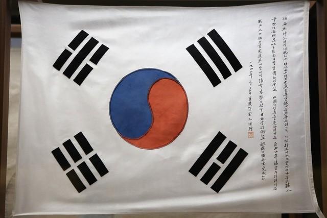 대한민국역사박물관에 전시돼 있는 김구 선생 서명 태극기.  이병학 선임기자