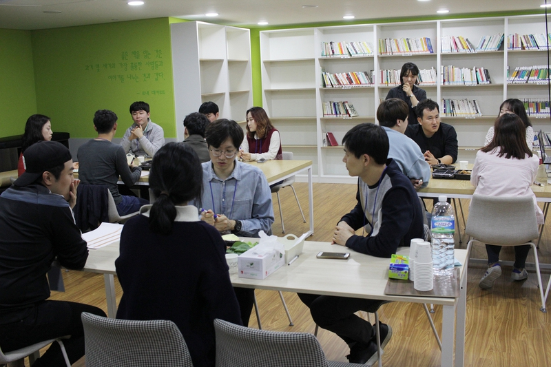 서울주택도시공사(SH)와 희망제작소가 진행하는 '행복한 아파트 공동체 만들기' 프로그램에 참여한 서울 강일동 리버파크 아파트 11단지 주민들이 최근 단지 안 작은 도서관에 모여 함께 저녁을 먹으며 이야기를 나누고 있다.