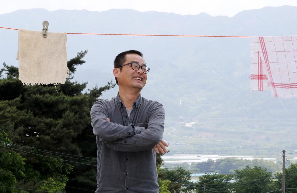 지리산닷컴 운영자 권산씨가 지난 9일 전남 구례군 광의면 난동리 산자락에 걸려 있는 빨랫줄 아래에서 활짝 웃고 있다. 구례/강재훈 선임기자 khan@hani.co.kr