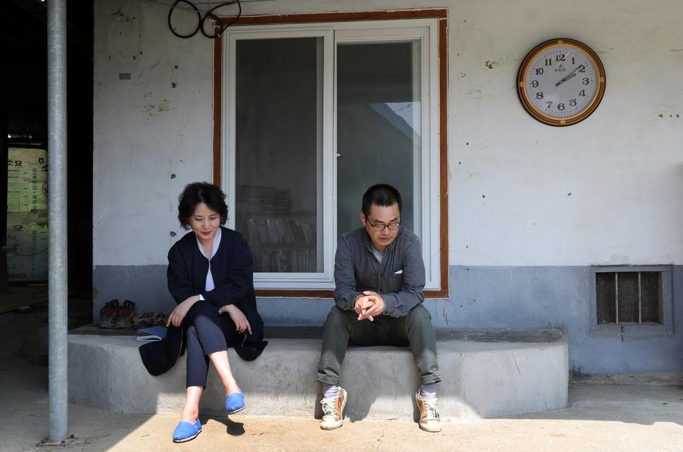 권산(오른쪽)씨가 지난 9일 전남 구례군 광의면 난동리 작업실 앞 처마 밑에서 이진순씨와 이야기를 나누고 있다. 구례/강재훈 선임기자 khan@hani.co.kr