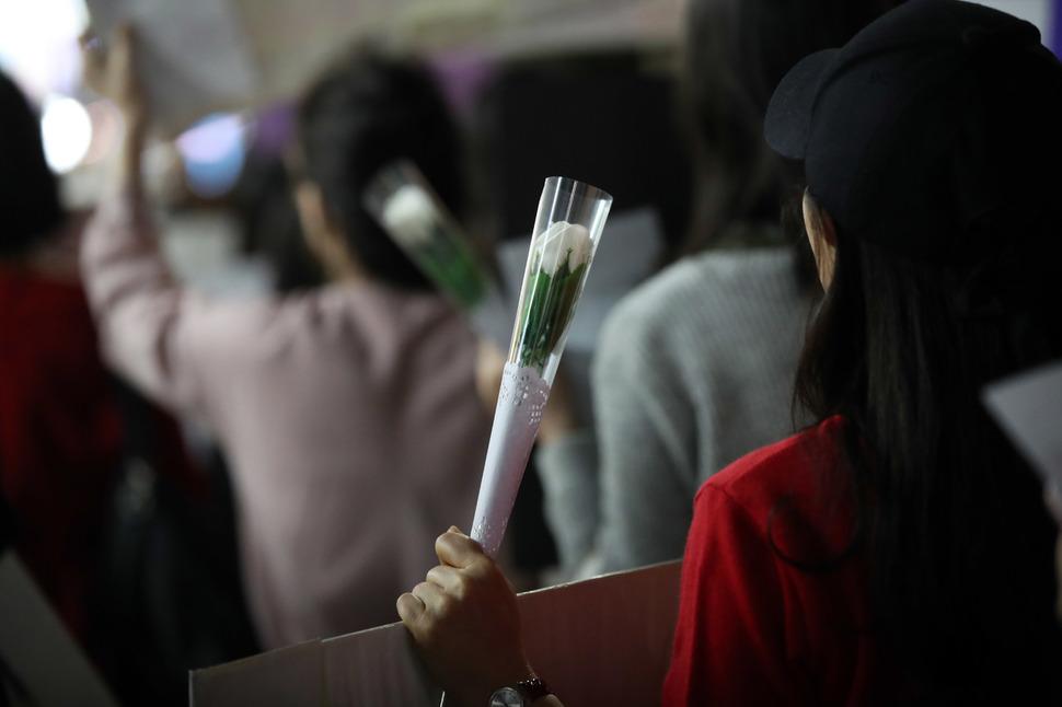 19일 서울 신촌역 인근에서 불꽃페미액션 관계자들이 출범 2주년 맞아 '여성에게 안전한 밤거리'를 요구하며 행진하고 있다. 연합뉴스