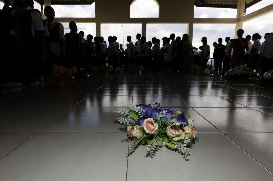 지난 16일 오후(현지시각) 르완다 루항고 제노사이드 기념관에서 이 지역 학생들이 추모 행사를 하고 있다. 루항고 제노사이드 기념관에는 희생자 2만여명이 묻혀 있다. 르완다에서는 1994년 대학살이 벌어진 기간인 4월7일부터 7월15일까지를 추모 기간으로 정해 학교별로 지역 제노사이드 기념관에서 추모 행사를 연다. 루항고/김명진 기자 littleprince@hani.co.kr