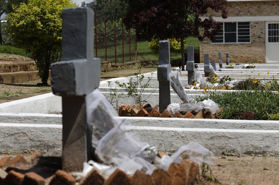 16일 오후(현지시각) 르완다 키나지 송가 제노사이드 기념관 묘지에 조화들이 놓여 있다. 이 지역에서만 4만7천명의 투치족이 희생됐다. 키나지/김명진 기자 littleprince@hani.co.kr