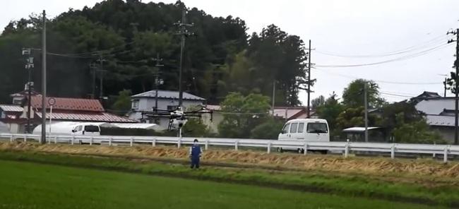 일본 미야기현에서 지난해 드론을 이용해서 농약을 뿌리는 모습을 시연하는 모습. 유튜브 갈무리
