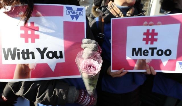 지난 2월1일 오전 서울 서초구 대검찰청 앞에서 열린 검사 성폭력사건 진상 규명 촉구 기자회견에서 한 참가자가 성폭력 고발 운동인 미투(Me Too) 캠페인의 상징인 하얀 장미 한 송이를 들고 있다. 백소아 기자 thanks@hani.co.kr