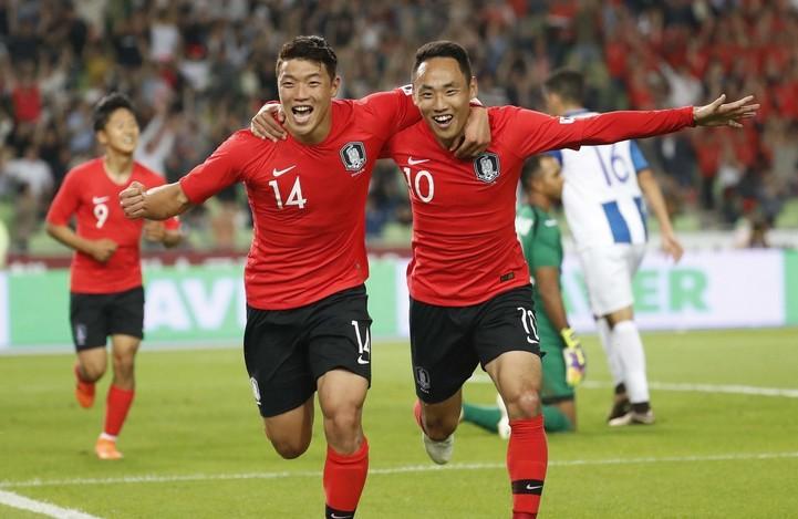 문선민(오른쪽)이 후반 27분 한국팀의 두번째 골을 성공시킨 뒤 황희찬과 어깨동무를 한 채 달려가며 좋아하고 있다.  대구/박종식 기자 anaki@hani.co.kr
