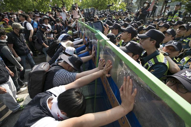 민주노총 조합원들이 28일 오후 국회 인근에서 '최저임금 산입법위 개악 저지 수도권 총파업대회'를 열어 국회로 행진을 시작하자 경찰이 가로막아 대치하고 있다. 김성광 기자 flysg2@hani.co.kr