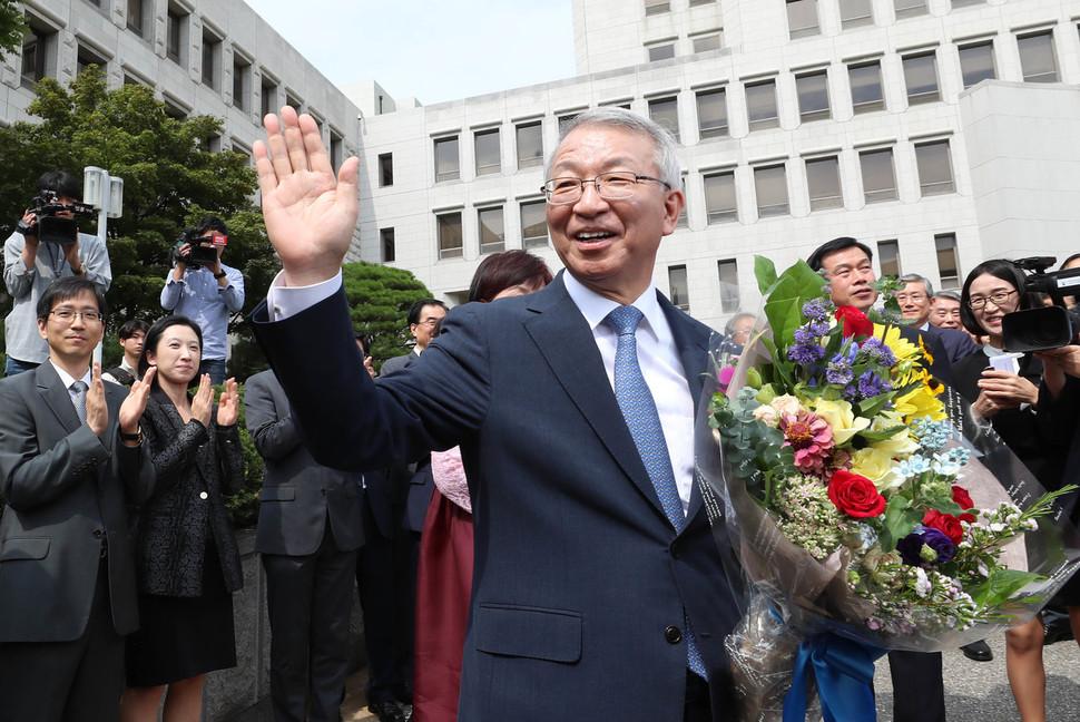양승태 전 대법원장이 지난해 9월22일 서울 서초동 대법원에서 퇴임식을 마친 뒤 직원들의 박수를 받으며 차에 오르고 있다. 신소영 기자 viator@hani.co.kr