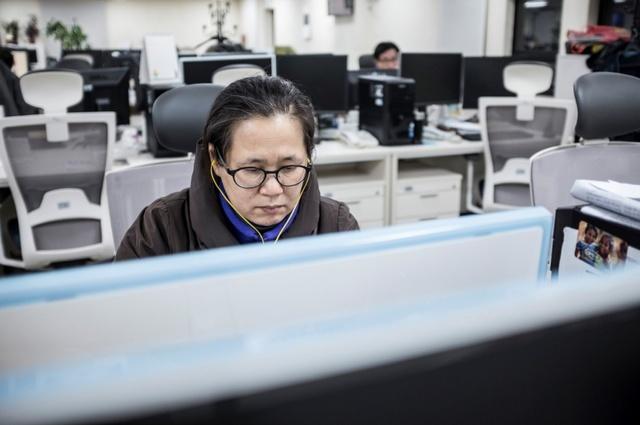 한겨레 교열부 기자들이 하루에 보는 글자 수는 최소 3만 6000여자게 달한다. 2016년 박정숙 기자가 교열을 보는 모습.                                                     김성광 기자