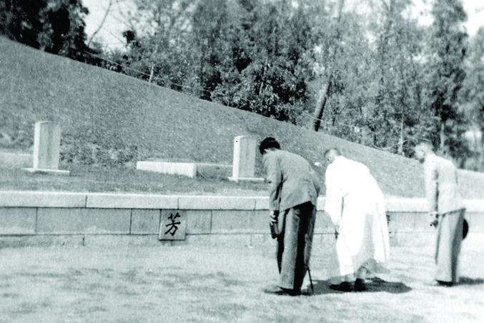 1946년 일본에서 유골을 거두어 와서 조성한 삼의사의 묘역에 참배하는 김구(가운데 흰 도포입은 이).  백범김구선생기념자료집에서 발췌