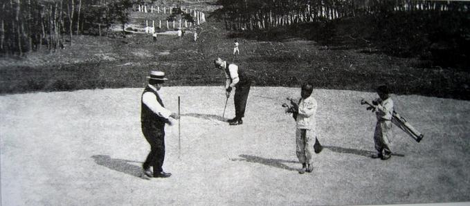 1921~24년 일제가 국내 최초로 운영한 효창원골프장의 모습. 멀리 울창한 송림을 배경으로 울타리가 보이고 골프장에선 유한층 신사들이 골프채를 들고 라운딩을 하고있다. 까까머리 소년들이 골프용구를 들고 캐디 구실을 하는 모습이 눈길을 끈다. 신성한 능원에 골프코스를 설치한 데는 옛 조선왕실의 위상을 깎아내리려는 의도가 담겨있었다.
