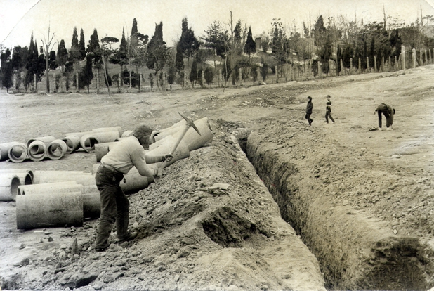 1960년대 서울시가 골프장 건설을 염두에 두고 효창원 자락에서 진행했던 배수관 공사 풍경. 백범 김구의 묘역이 안쪽에 보인다. <한국일보>에 실렸던 사진으로 당시 효창원의 열악한 실상을 극명하게 보여준다.