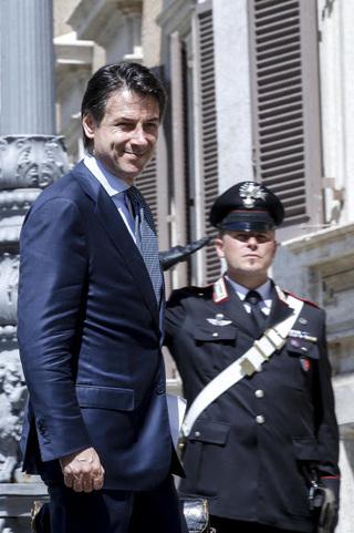 주세페 콩테 이탈리아 총리 지명자가 1일 하원에 도착하고 있다. 로마/EPA 연합뉴스
