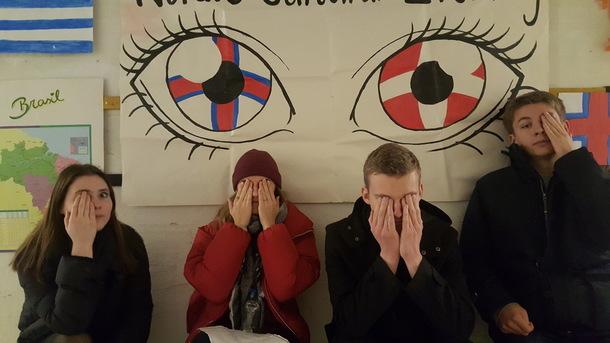 덴마크의 비공식대학 '폴케호이스콜레 아이피시'에서 다양한 국적의 학생들이 나란히 섰다. 온은주 제공