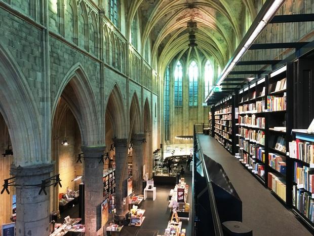 1294년에 세워진, 네덜란드에서 가장 오래된 고딕 교회 '도미니카넌' 안에 있는 서점. 김홍민 제공