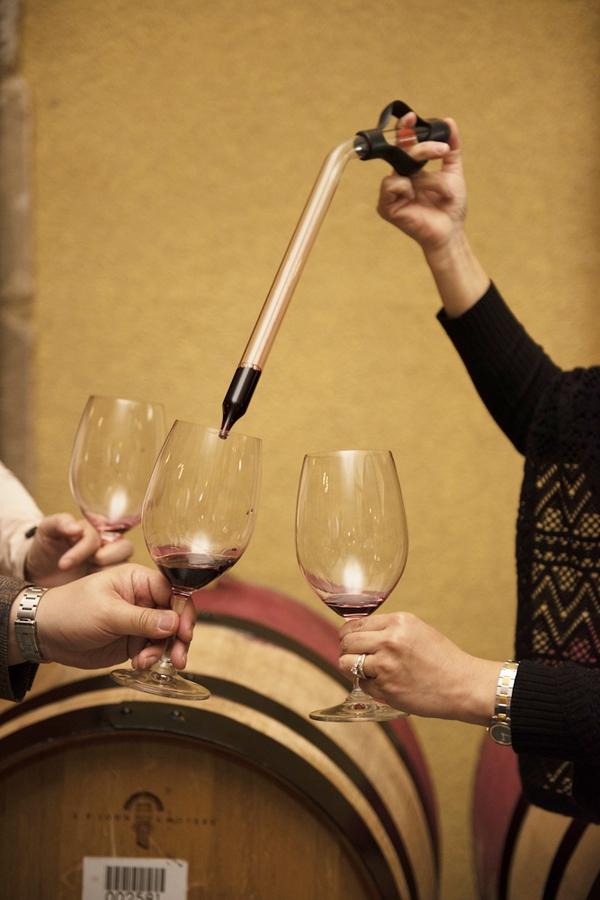 '크룹 브라더스'의 소믈리에 알마 암브로스가 카베르네 소비뇽 와인을 건네고 있다.