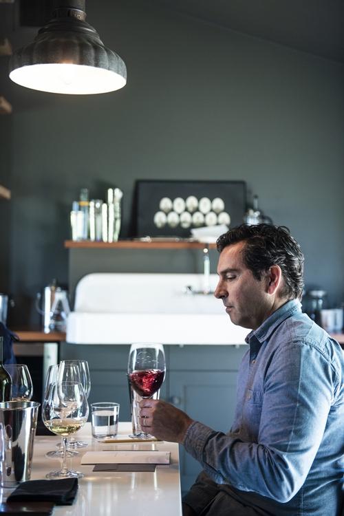 '파비아'의 주인 앤디 에릭슨이 와인을 시음하고 있다.