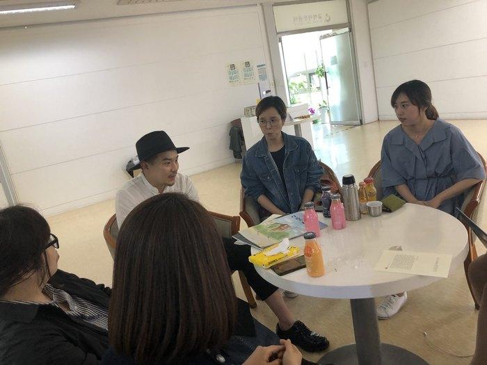 <마을에서 예술하다>작가들이 모여 전시 뒷이야기를 전하고 있다. 왼쪽부터 여현미씨(뒷모습), 이정은씨, 이동일씨, 김지하씨, 최희수씨. 안요섭군이 사진을 찍었다.