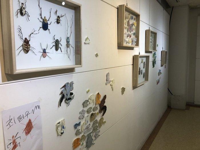 아들 요섭군의 어린 시절 작품을 모아 만든 박진숙씨의 전시 '모으다'와 그를 보고 그린 어린이들의 그림.