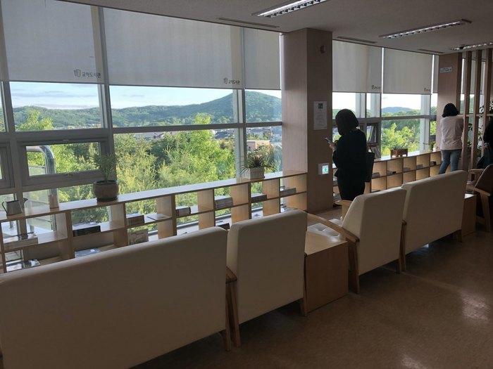 교하도서관 3층에 있는 교하아트플랫폼 입구의 모습. 교하의 수려한 자연 풍광을 보며 사색하거나 책을 읽을 수 있도록 의자를 아예 창을 향해 배치했다.