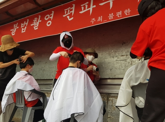 9일 '불편한 용기'가 주최한 홍대 불법촬영 편파수사 규탄 2차 집회에 참여한 여성 6명이 '여성이 아닌 사람으로 살고 싶다'는 의미로 삭발식을 진행하고 있다. 선담은 기자 sun@hani.co.kr